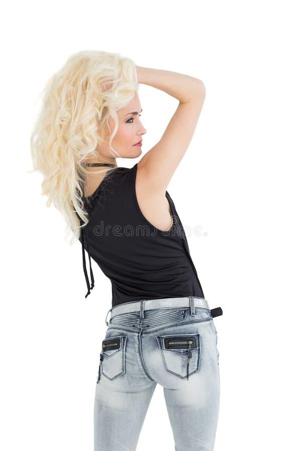 Retrovisione di bella posa bionda casuale fotografie stock libere da diritti