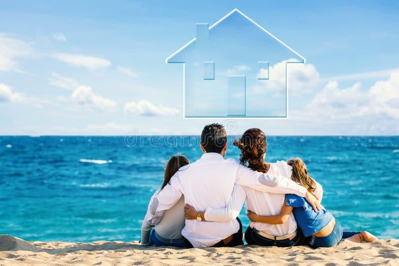 Retrovisione di giovane famiglia con la casa concettuale in cielo immagine stock libera da diritti