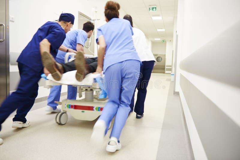 Retrovisione di medici che sono in corsa per l'ambulatorio fotografia stock libera da diritti