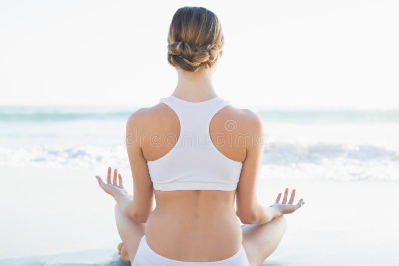 Retrovisione di meditare calmo della giovane donna immagini stock