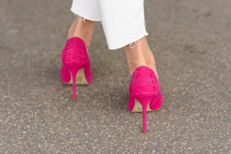 Retrovisione di una donna che indossa gli stiletti rosa immagini stock libere da diritti