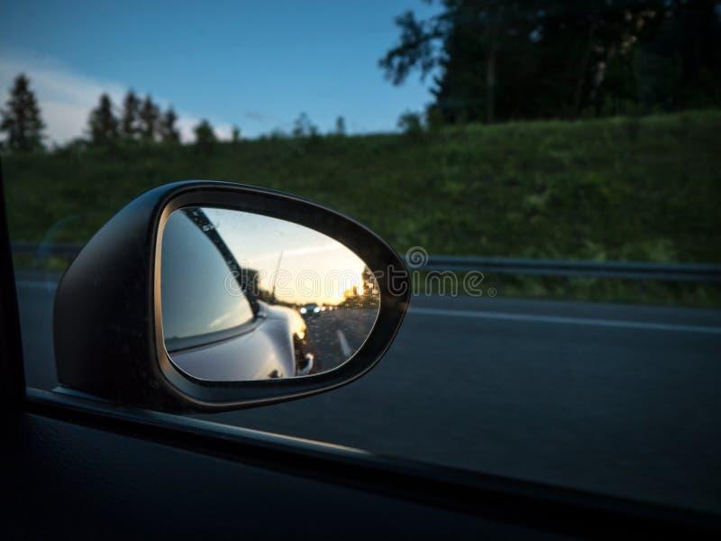 Retrovisore con il tramonto immagini stock