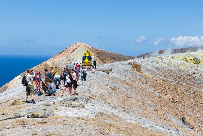 Retten Sie Hubschrauber und Leute in Vulcano-Insel nahe Sizilien, Italien lizenzfreie stockbilder
