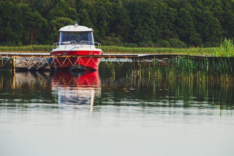 Retten Sie Schutzmotorbootdock am alten hölzernen Pier stockfoto