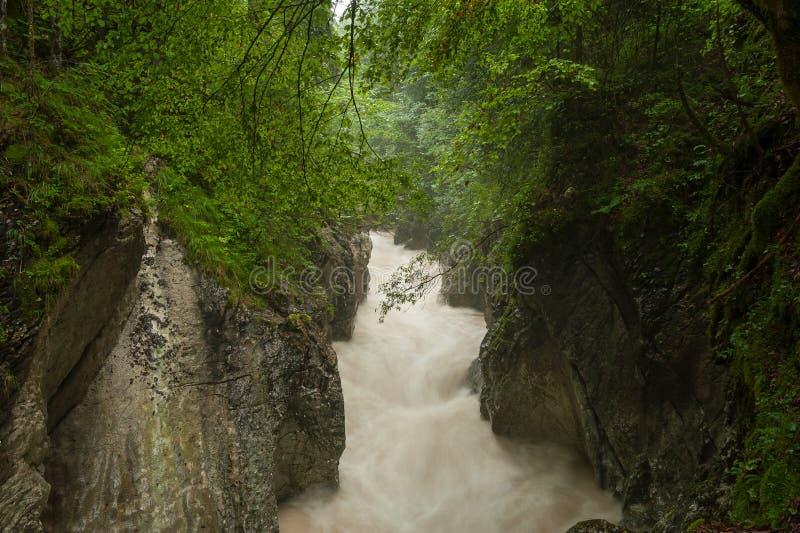 Rettenbachrivier na zware regenval in de zomer royalty-vrije stock fotografie
