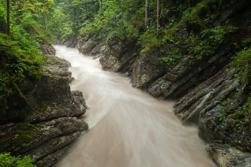 Rettenbachrivier na zware regenval in de zomer stock foto