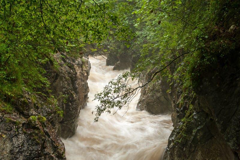 Rettenbachrivier na zware regenval in de zomer stock foto's