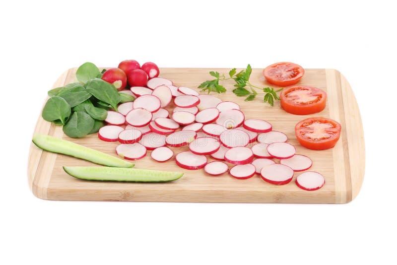 Rettichgurke und -tomate auf Servierplatte stockfoto