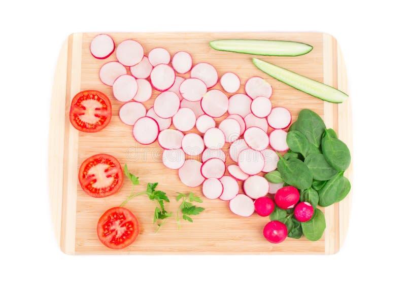 Rettichgurke und -tomate auf Servierplatte lizenzfreies stockfoto