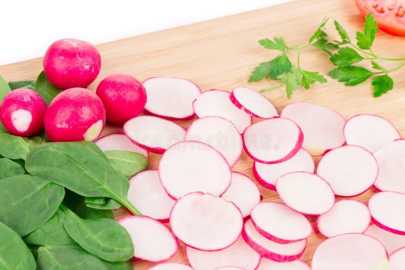 Rettichgurke und -tomate auf Servierplatte lizenzfreies stockbild