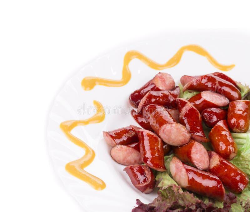 Rettichsalat mit gegrillten Würsten und Tomaten lizenzfreie stockfotografie