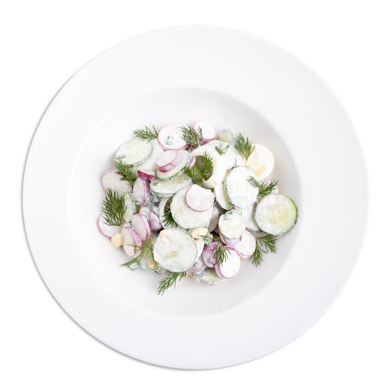 Rettichsalat mit Sahne auf einer weißen Platte stockfotografie