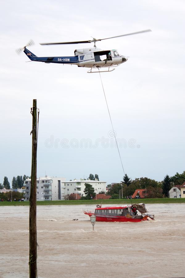 Rettung auf dem Fluss stockfoto