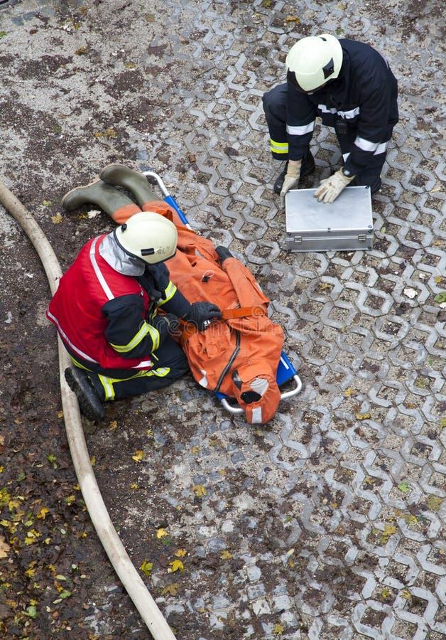 Rettung Team Providing First Aid stockfoto