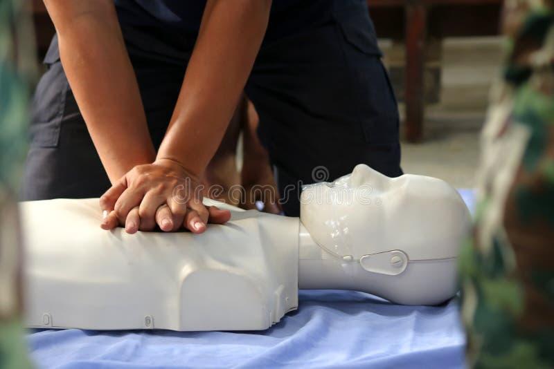 Rettung und CPR, die zur ersten Hilfe und zum Lebenschutz ausbilden stockfotos
