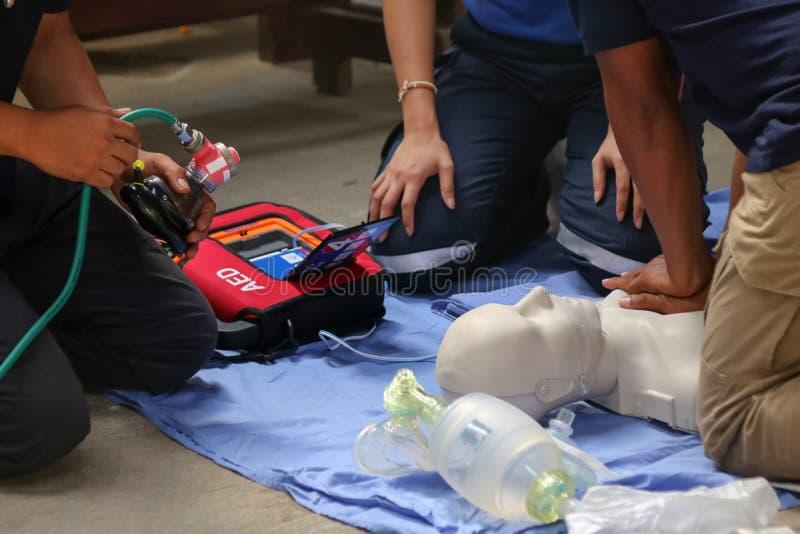 Rettung und CPR, die zur ersten Hilfe und zum Lebenschutz ausbilden lizenzfreies stockbild