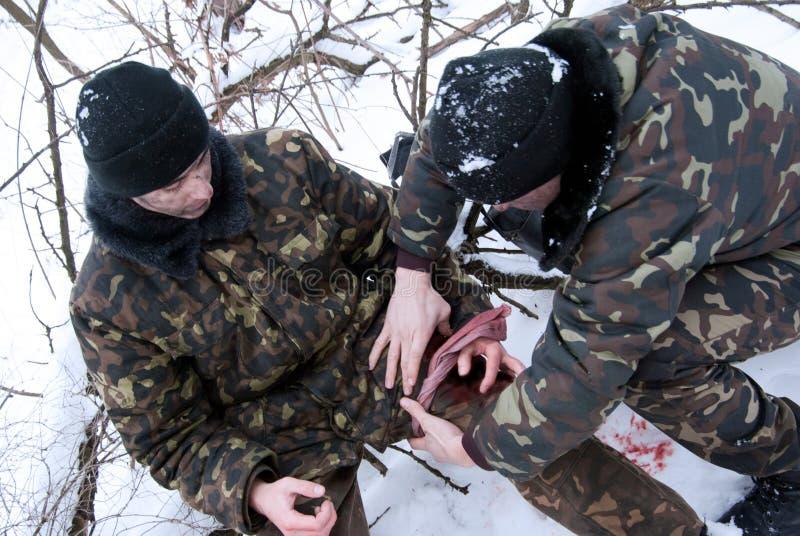 Rettung von verletzt vom Soldaten lizenzfreie stockbilder