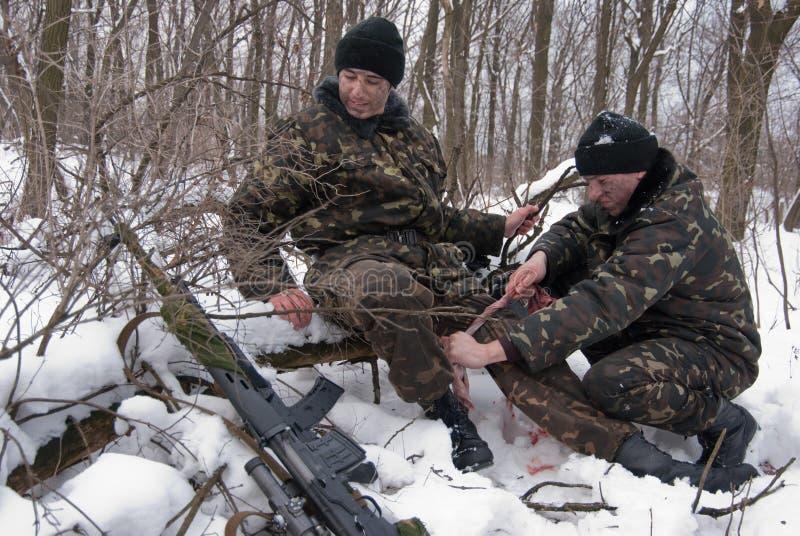 Rettung von verletzt vom Soldaten stockfotos