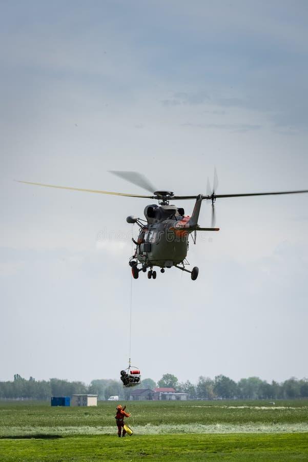 Rettungs?bungen unter Verwendung eines Hubschraubers lizenzfreies stockbild