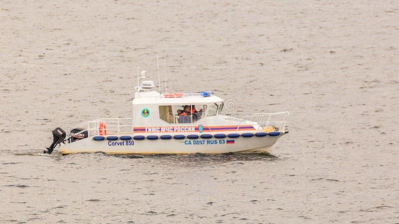 Rettungsboot 'CORVET-850 'GIMS EMERCOM der Russischen Föderation patrouilliert das Wasser des Volga stockfotografie