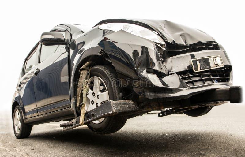 Rettungsfahrzeugservice an der Straße, zum des Unfallsautos zu ziehen lizenzfreie stockfotografie