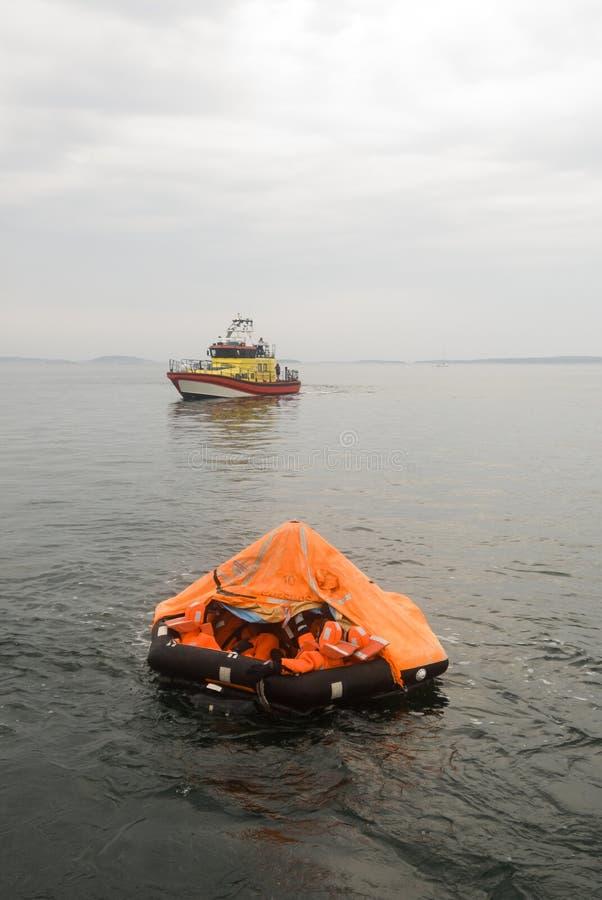 Rettungsfloß und Rettungsschiff stockfoto