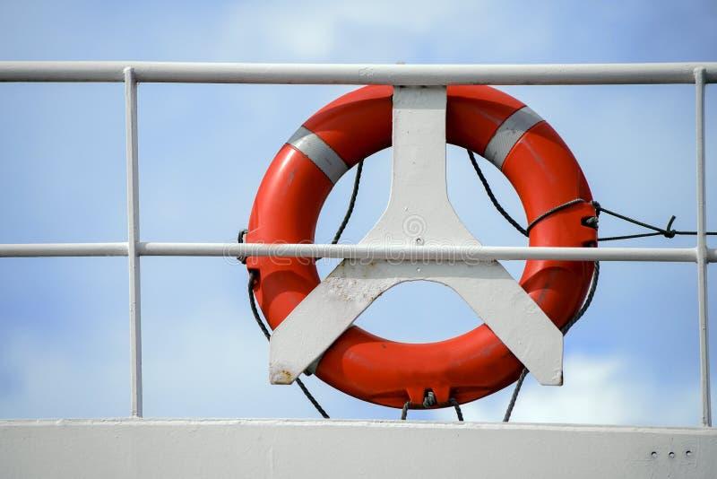 Rettungsgürtel, Lebenboje, roter Rettungsring auf einem weißen Geländer eines Cr stockbilder