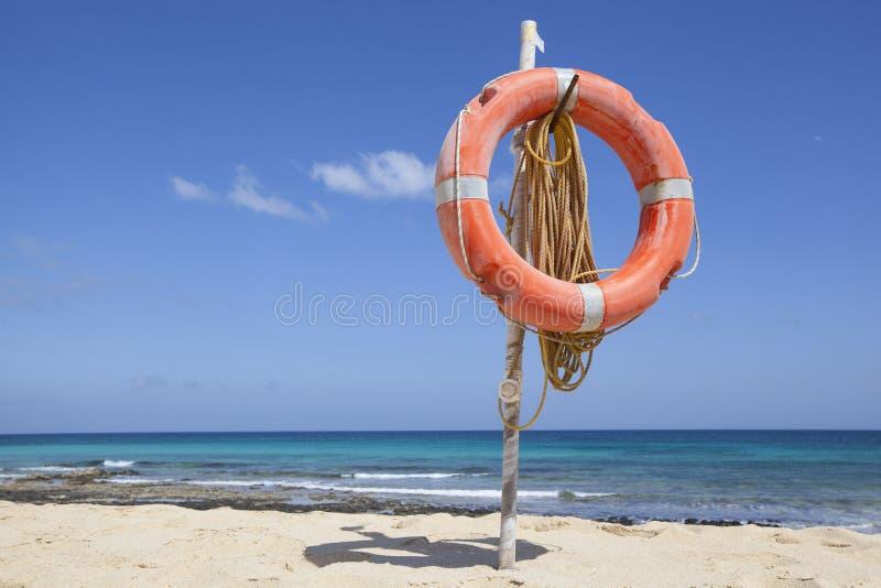 Rettungsgürtel am Strand lizenzfreie stockbilder