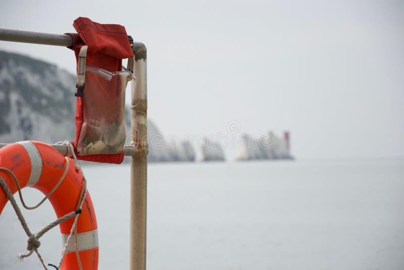 Rettungsgürtel und Notgang mit den Nadeln, Insel von Wight, im Hintergrund lizenzfreies stockfoto