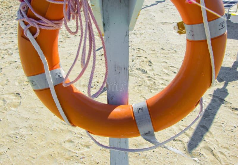 Rettungsleine auf dem Strand stockfotos