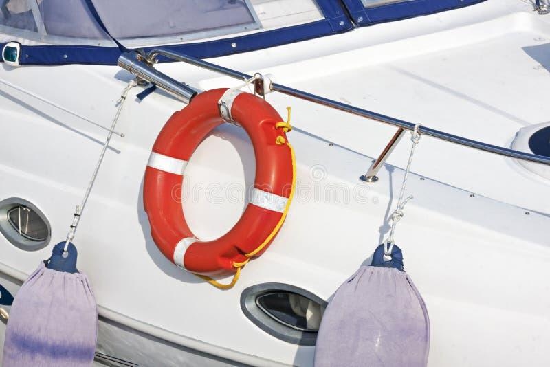Rettungsleine auf weißem fiiberglass Segelboot stockfotografie
