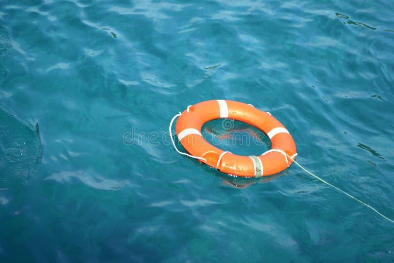 Rettungsleine im Wasser stockfotografie