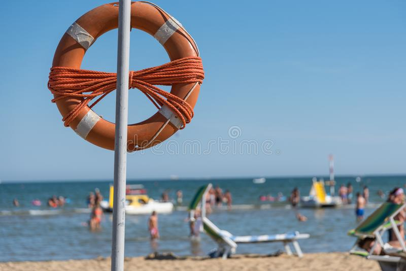 Rettungsreifen auf dem Strand stockbild