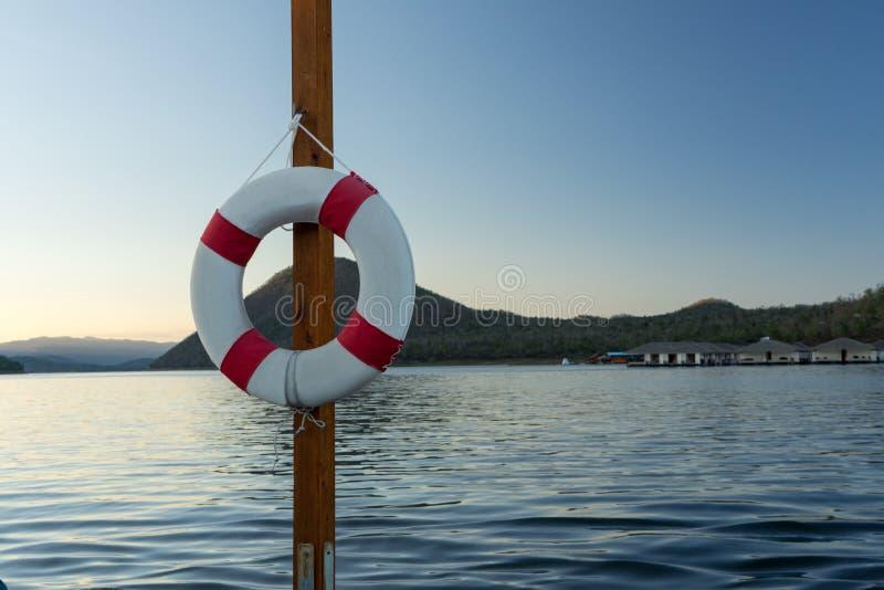Rettungsring auf dem Polen, See-Hintergrund lizenzfreie stockfotos