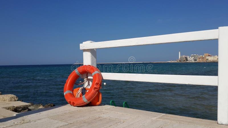 Rettungsring auf der Brücke durch das Meer lizenzfreie stockbilder
