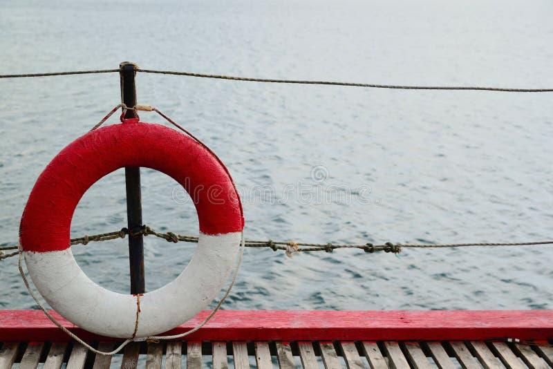 Rettungsring auf einem Pier gegen das blaue Meer stockbilder