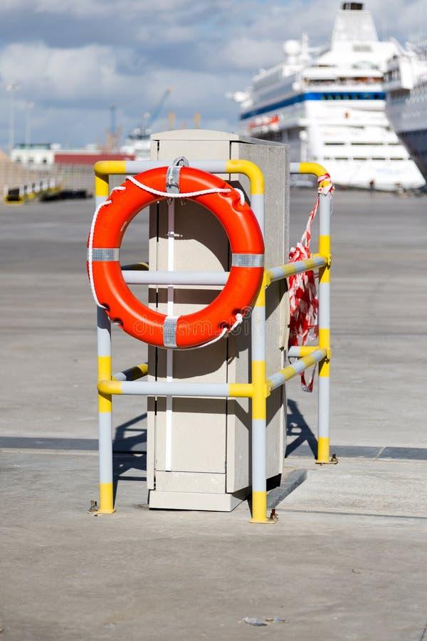 Rettungsring im Hafen lizenzfreie stockbilder
