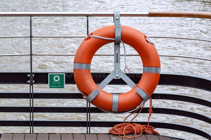 Rettungsring mit Seil auf der Rückseite des Fährbootes stockfotos