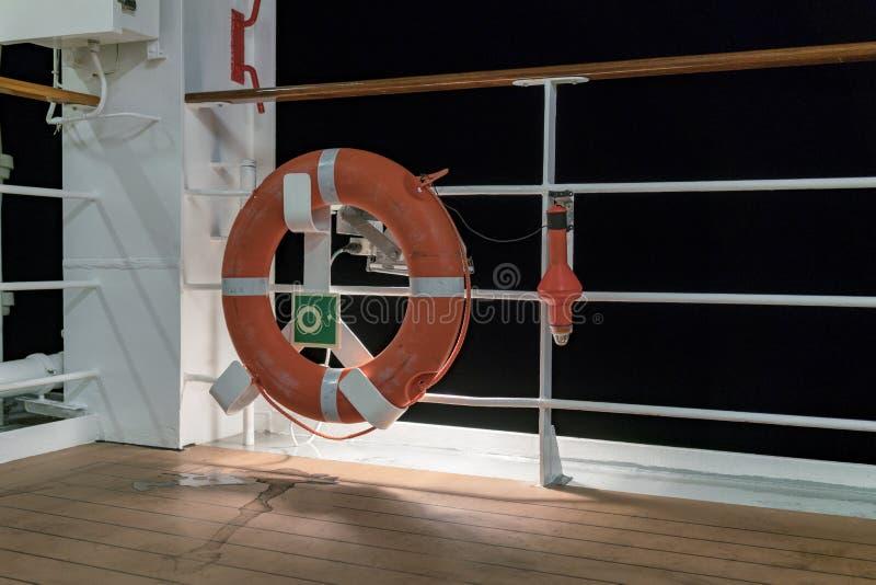 Rettungsring und Leuchtfeuer auf Schiffsplattform und -geländer lizenzfreie stockfotos