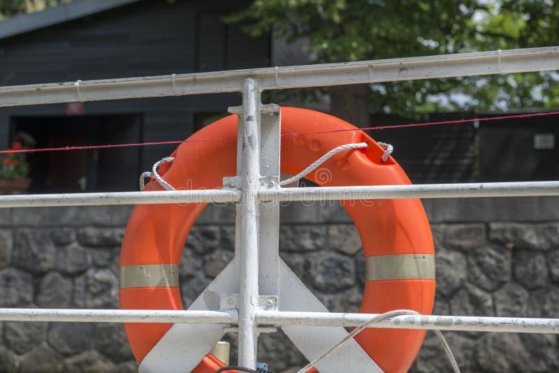 Rettungsringe auf Zaun der Schiffsplattform stockfotografie
