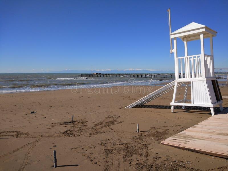 Rettungsturmhütte am Strand lizenzfreies stockfoto