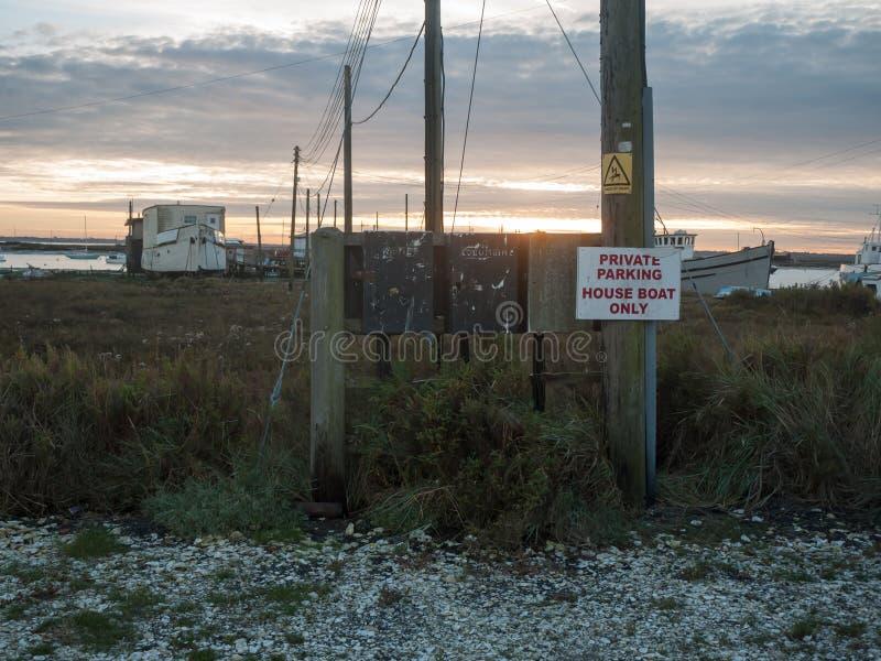 Retur trästolpen för det privata för parkeringshusfartyget endast tecknet för stranden främre arkivfoton