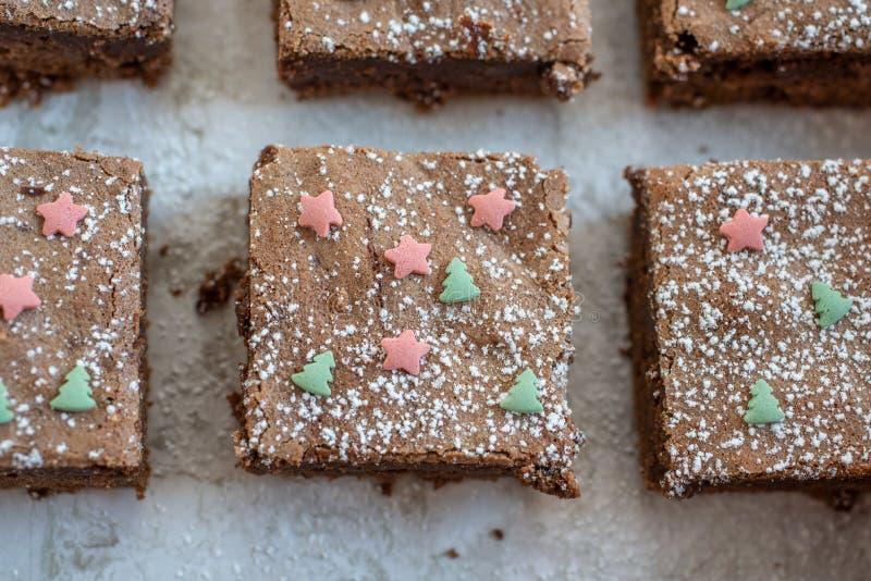 Returnera gjorda chokladnissen för jul på en tabell arkivbilder