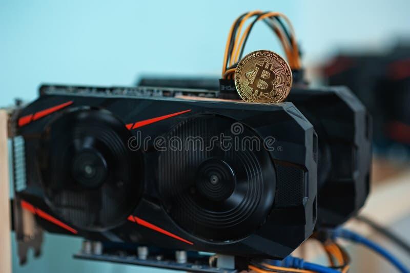 Returnera gjorda funktionsdugliga grafiska videokort för e-valuta Dator för Bitcoin och för cryptocurrency faktiskt bryta Crypto  royaltyfri fotografi