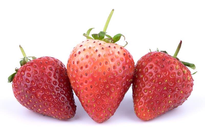 Retuscherade nya jordgubbar för slut upp bär frukt perfekt på vit bakgrund royaltyfri fotografi