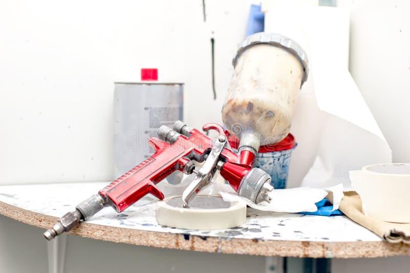 Retuschspruta- eller målarfärgsprutpistol för att måla bilar arkivfoto