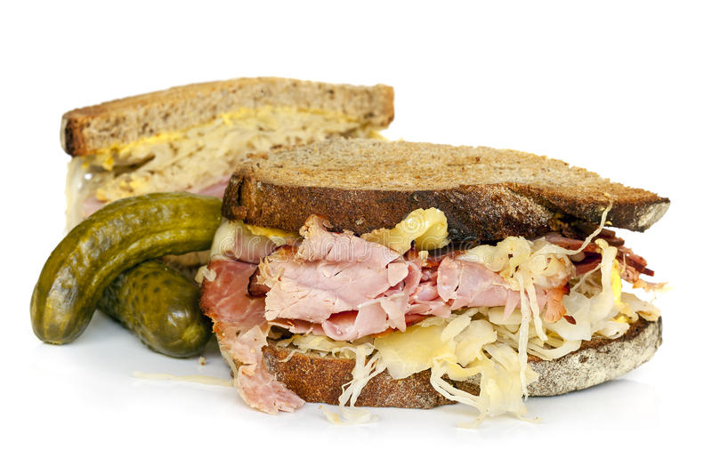 Reuben Sandwich Isolated op Wit stock afbeeldingen
