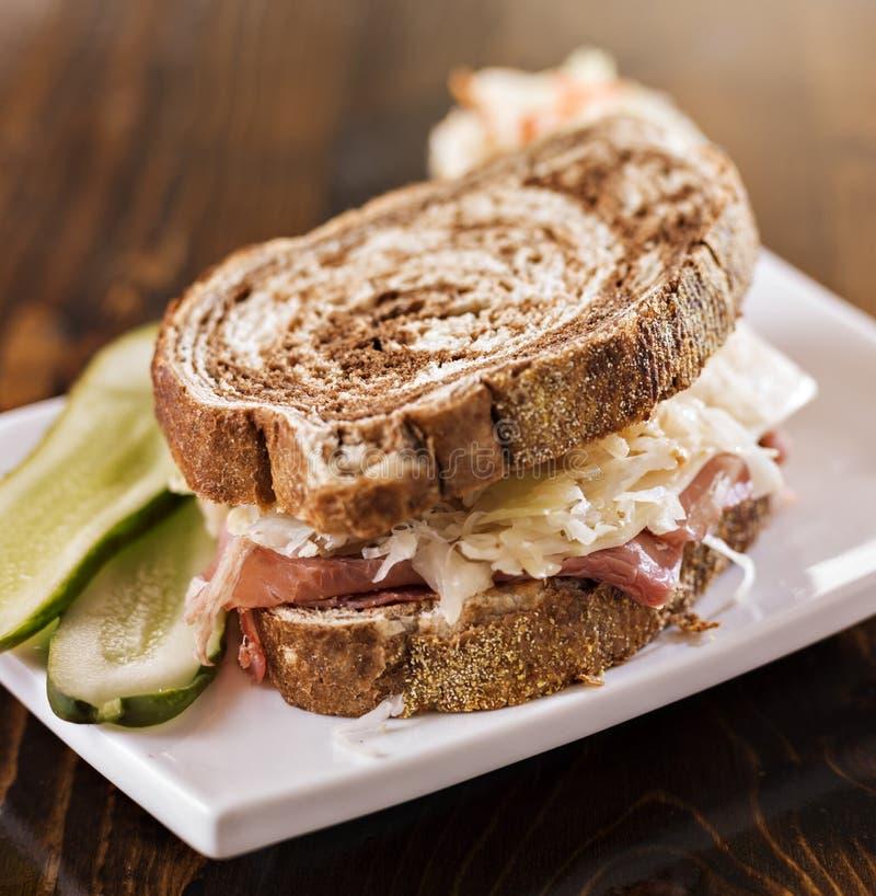 Reuben smörgås med den koschra dillknipan och kålsallad royaltyfri foto