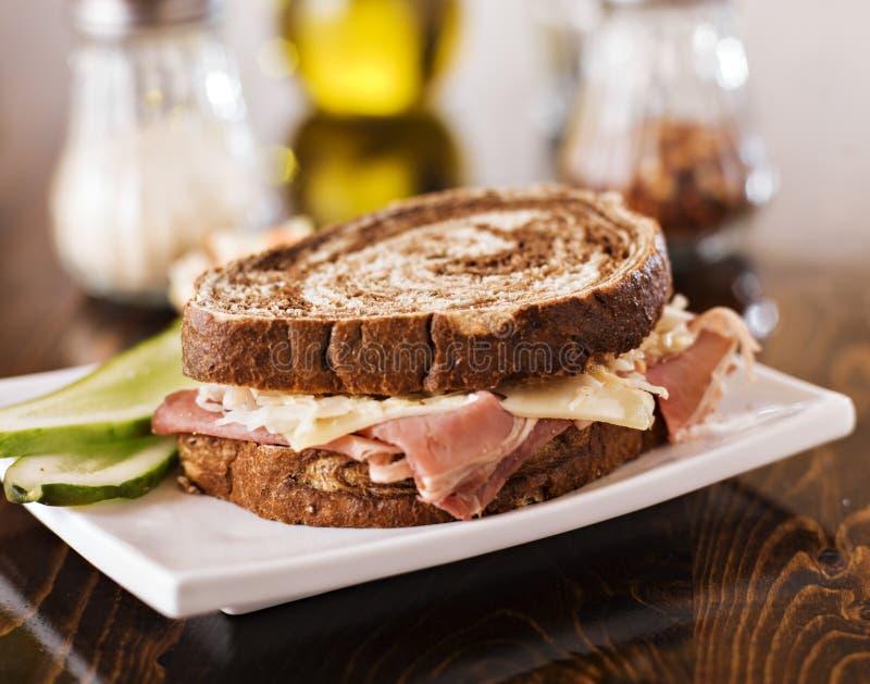 Reuben smörgås med den koschra dillknipan och kålsallad arkivfoton