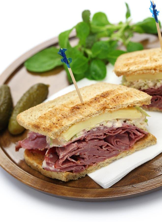 Reuben smörgås, pastramismörgås fotografering för bildbyråer